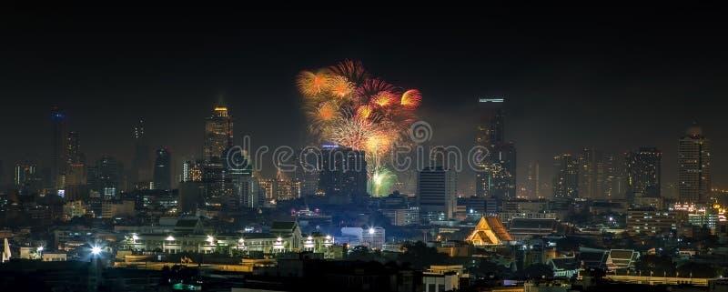 Взгляд панорамы красивого взрыва фейерверка над городом Бангкока стоковое фото rf