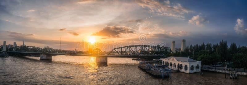 Взгляд панорамы, красота реки и мост в вечере стоковая фотография