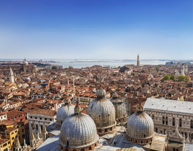 Взгляд панорамы крыш Венеции от вершины колокольни Сан Marco колокольни ` s St Mark базилики ` s St Mark внутри стоковые фото