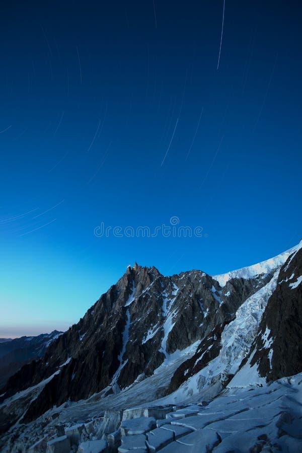 Взгляд панорамы ледника и ряд французских Альп на верхней станции на Aiguille du Midi 3 842 метра высоты во французской горной ве стоковые изображения