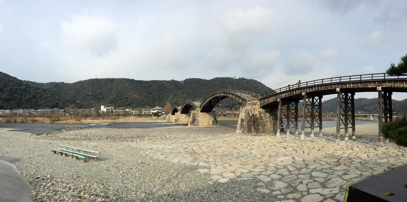 Взгляд панорамы моста Kintaikyo Kintai, Iwakuni, Yamaguchi, Японии стоковые изображения rf