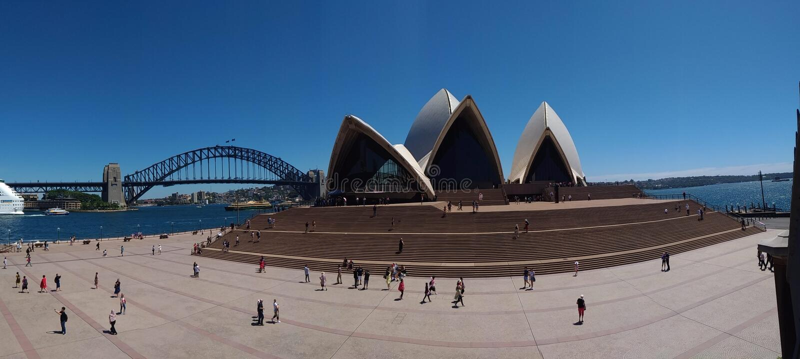 Взгляд панорамы на мосте оперного театра и гавани, Сиднее, Австралии и стоковое фото