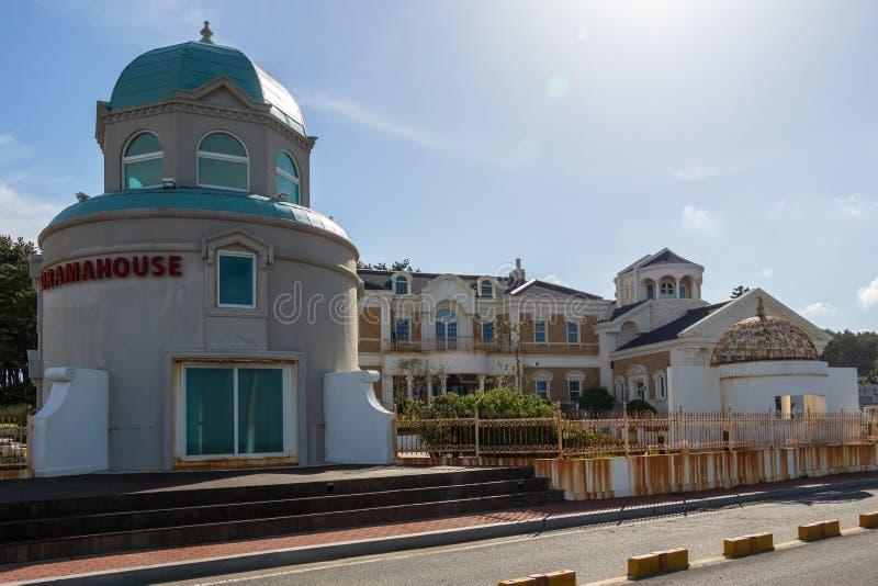 Взгляд панорамы на Dramahouse со зданиями около накидки Ganjeolgot Самый восточный пункт полуострова в Ульсане, Южной Корее, Азии стоковая фотография rf