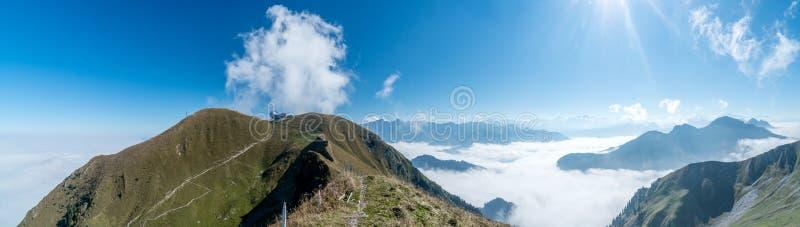 Взгляд панорамы от пика с морем тумана стоковое фото