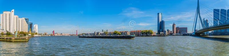 Взгляд панорамы реки Nieuwe Maas с баржой Рейна на реке и красном кабеле остался мостом Willems стоковое фото