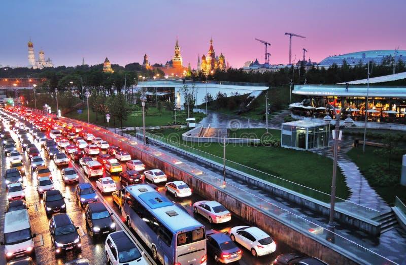 Взгляд парка и Кремля Zaryadye в Москве на заходе солнца стоковые изображения
