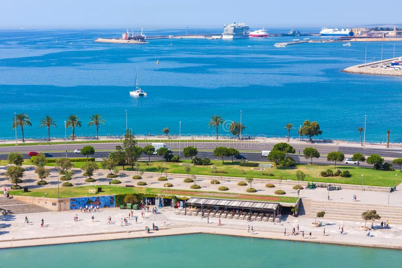 Взгляд парка mar Ла Parc de моря, порта и моря от террасы собора Santa Maria Palma стоковые изображения