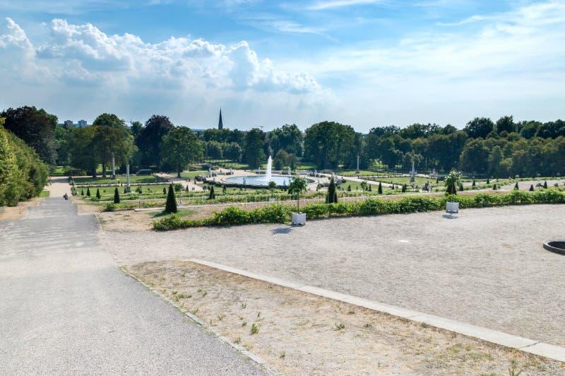 Взгляд парка Sanssouci с фонтаном от дворца Sanssouci в Потсдаме стоковые фото