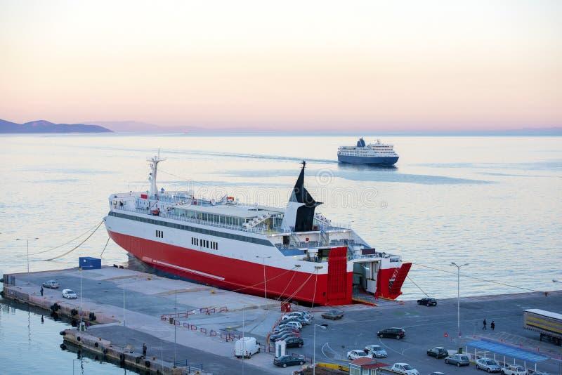 Взгляд паромов дока и автомобиля порта терминальных в Rafina, Attiki, Gr стоковая фотография