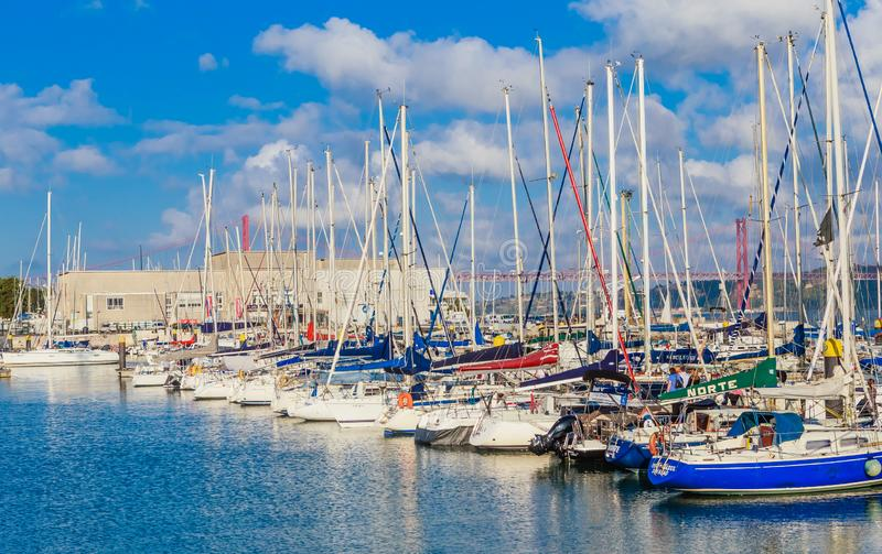 Взгляд парусников на Марине Doca De Belem в Лиссабоне, Португалии стоковые фотографии rf