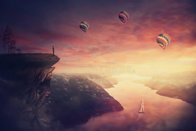 Взгляд пейзажа как парень wanderer наблюдая красивые сумерки над молчаливой долиной стоковое фото rf