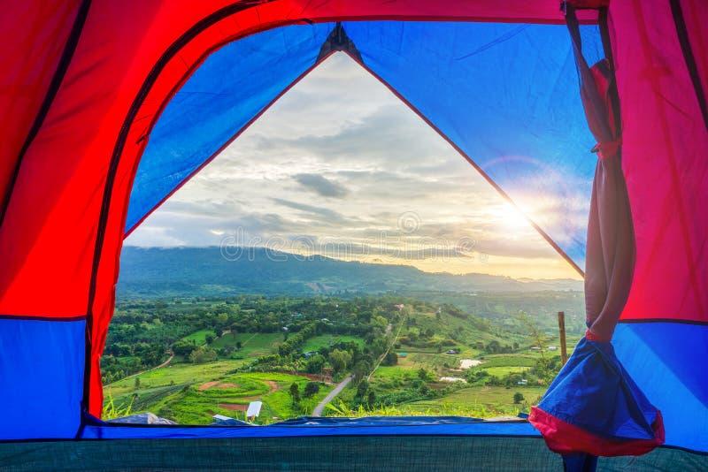Взгляд пейзажа от шатра ткани с пирофакелом на точке зрения неправительственной организации животиков-Khian Khao стоковое фото rf