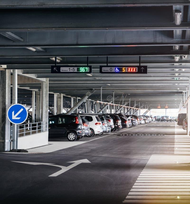 Взгляд перспективы к современной стоянке в аэропорте, супермаркете стоковые изображения rf