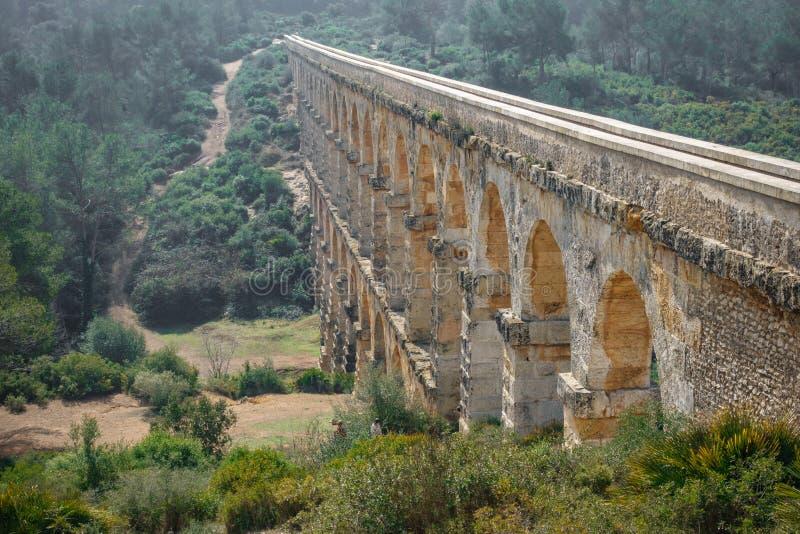 Взгляд перспективы мост-водовода Ferreres стоковая фотография