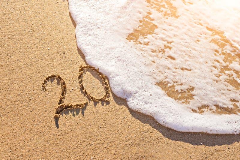 Взгляд песочной береговой линии с текстом 20 покрыл волну пены стоковое фото rf