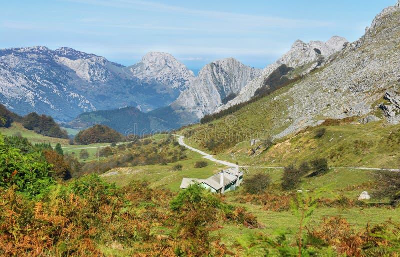 Взгляд пиков в Urkiol, природном парке Urkiola в Испании стоковая фотография rf