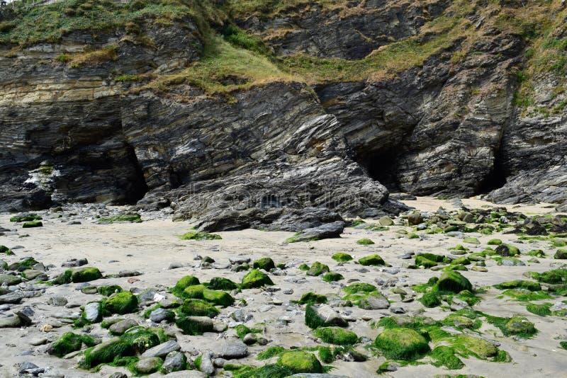 Взгляд пляжа выдалбливает на Portreath, Корнуолле, Англии стоковые изображения rf