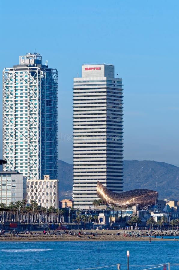 Взгляд пляжа и зданий в порте олимпийском в Барселоне, Испании стоковые фото