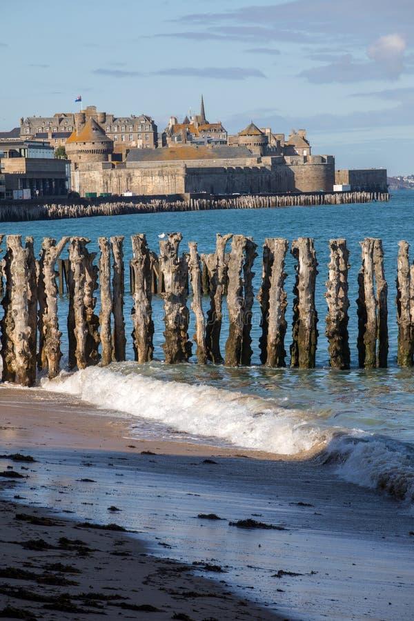 Взгляд пляжа и старого городка Святого-Malo brittani стоковое изображение