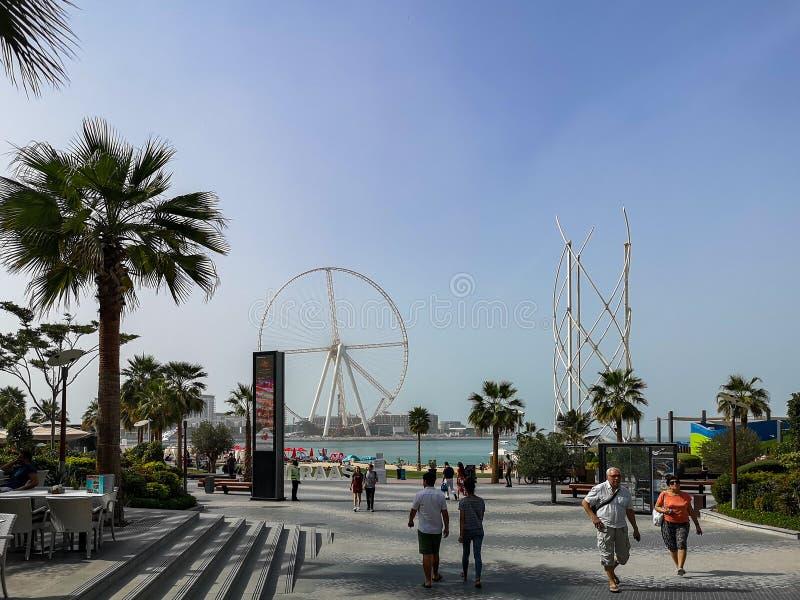 Взгляд пляжа JBR с Ain ferris Дубай катит в остров Bluewaters, новую будущую достопримечательность в Дубай стоковые фото