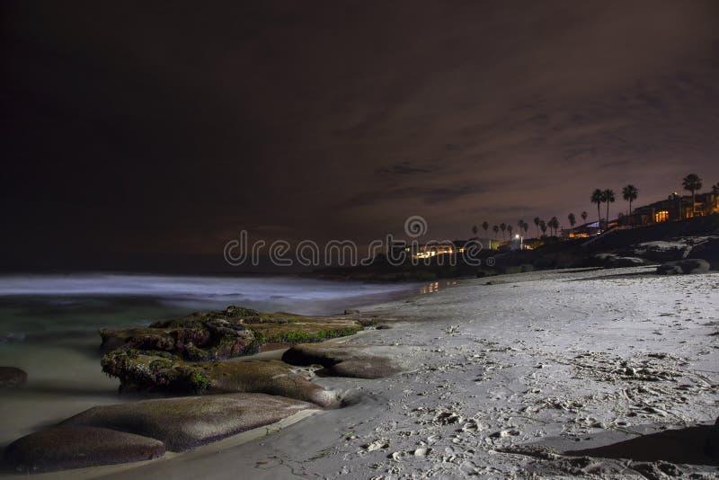Взгляд пляжа Windansea и ландшафта ночи Тихого океана сценарный к югу от La Jolla Калифорнии стоковое фото rf