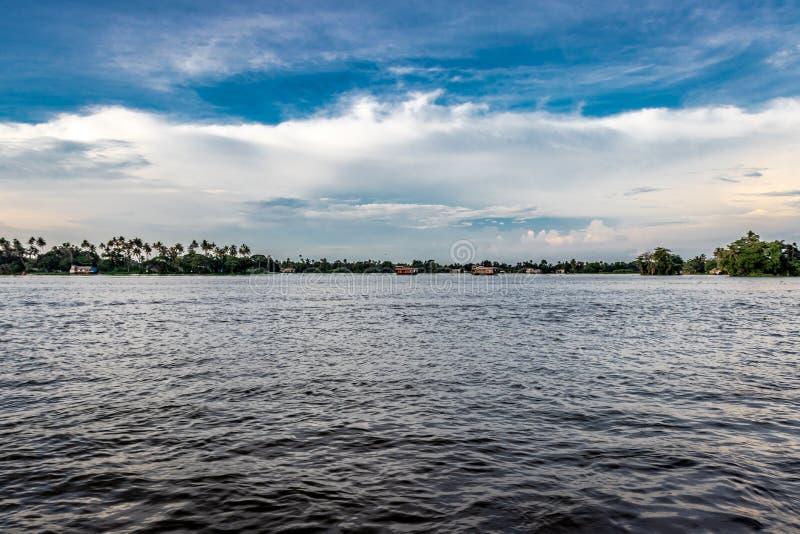 Взгляд подпора с голубым небом и белыми облаками стоковое изображение