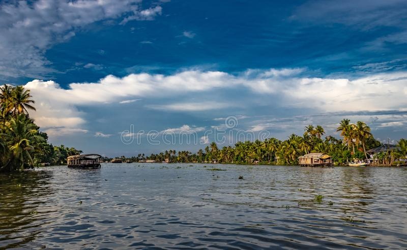 Взгляд подпора с голубым небом и пальмой стоковые изображения