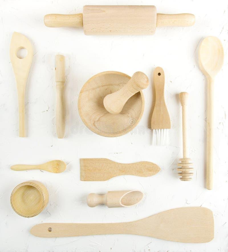 Взгляд положенный квартирой надземный различных деревянных утварей кухни стоковая фотография rf