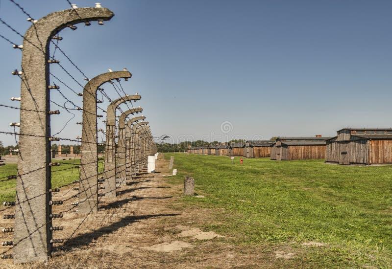 Взгляд Польши Освенцим-Birkenau 19- сентябрь 2018 нацистского концентрационного лагеря Birkenau, с поляками elecktricity на левом стоковое изображение rf