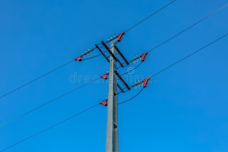 Взгляд поляка электричества и линии электропередач с голубым небом как предпосылка стоковые фотографии rf