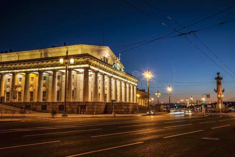 Взгляд помещения биржи и Rostral столбца на вертеле острова Vasilievsky на заходе солнца Санкт-Петербург, стоковые изображения rf
