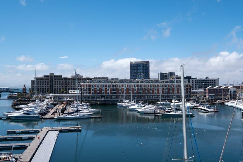 Взгляд портового района V&A, включая новый музей Zeitz Mocaa современного искусства Африки, Кейптаун, Южная Африка стоковые фотографии rf