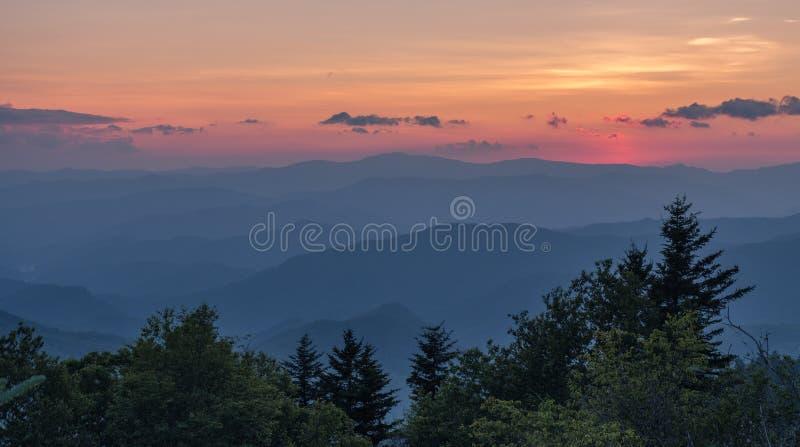 Взгляд после захода солнца в больших закоптелых горах стоковые фотографии rf