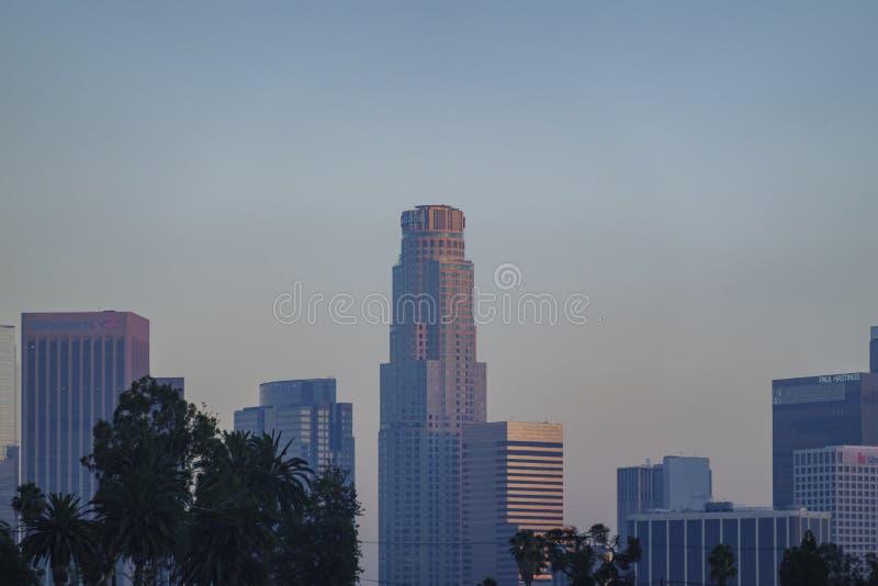 Взгляд после полудня известного горизонта Лос-Анджелеса городского в парке отголоска стоковые фотографии rf