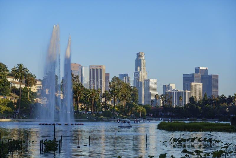 Взгляд после полудня известного горизонта Лос-Анджелеса городского в парке отголоска стоковые изображения