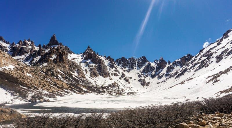 Взгляд похода Refugio Frey гор стоковые изображения rf