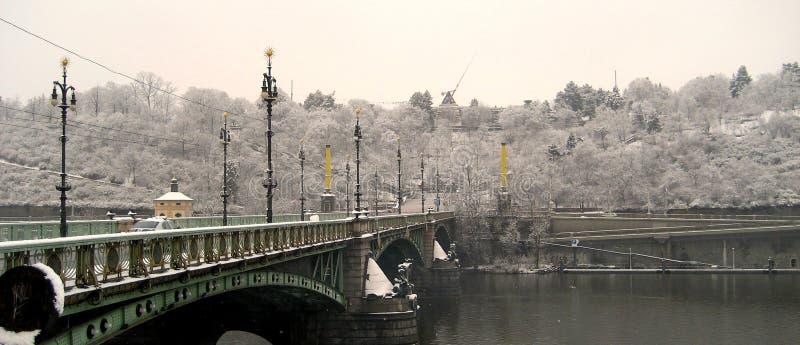 Взгляд Праги в снежном дне стоковая фотография rf