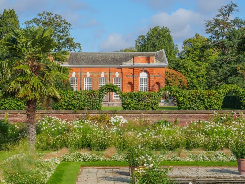 Взгляд принцессы Дианы Мемориальн Сада вызвал Бел Сад на дворце Kensington в Лондоне на солнечный день стоковые изображения