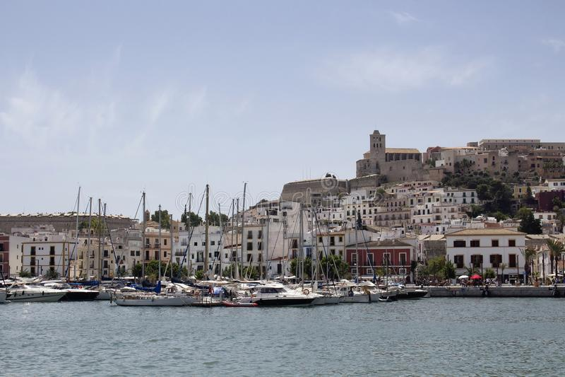 Взгляд причаленных яхт и старого городка Ibiza стоковые изображения rf