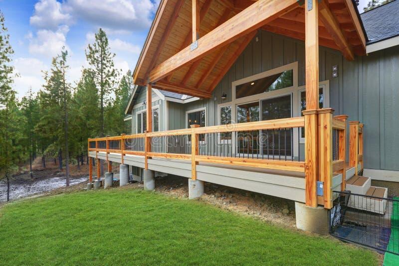 Взгляд просторной палубы выхода с деревянными перилами стоковое фото