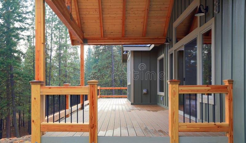 Взгляд просторной палубы выхода с деревянными перилами стоковые изображения