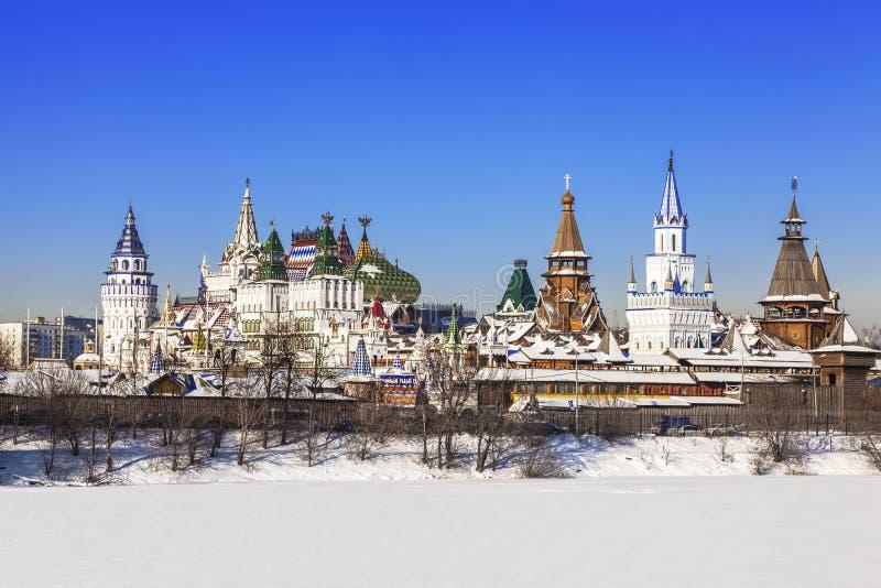 Взгляд пруда Izmailovo Кремля и Серебр-виноградины в зиме Москва, стоковые фотографии rf