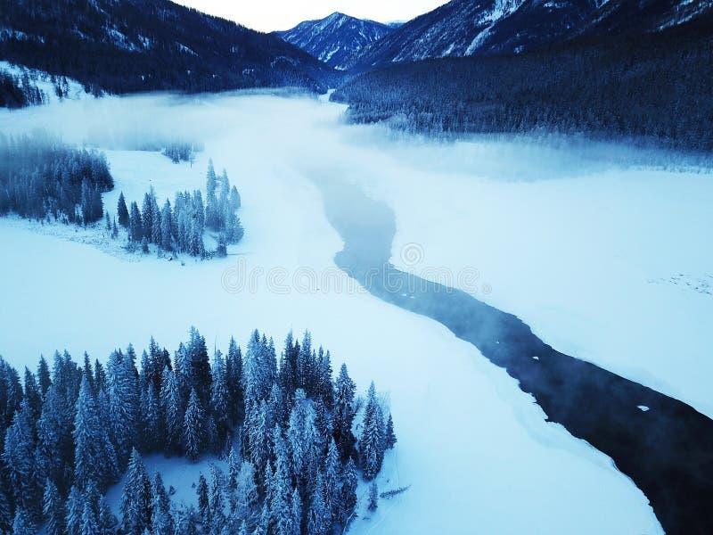 Взгляд птицы озера Kanas в зиме стоковое изображение
