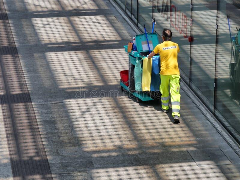 Взгляд работника уборки сверху стоковые изображения