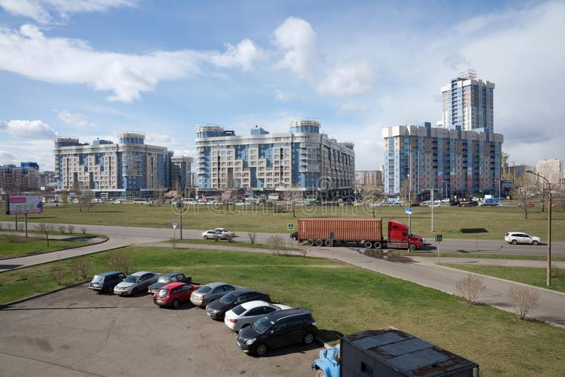 Взгляд ` ` района северного города Krasnoyarsk обозревая дома жилища и spaceat автостоянки стоковое изображение rf