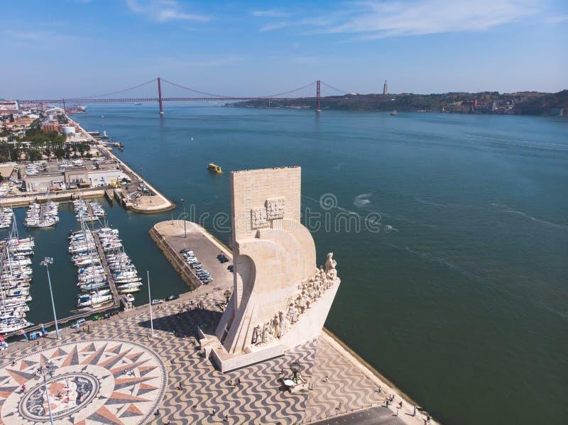 Взгляд района Belem, гражданского прихода муниципалитета Лиссабона, Португалии, с памятником открытиям и 25th из b -го апреля стоковые изображения rf