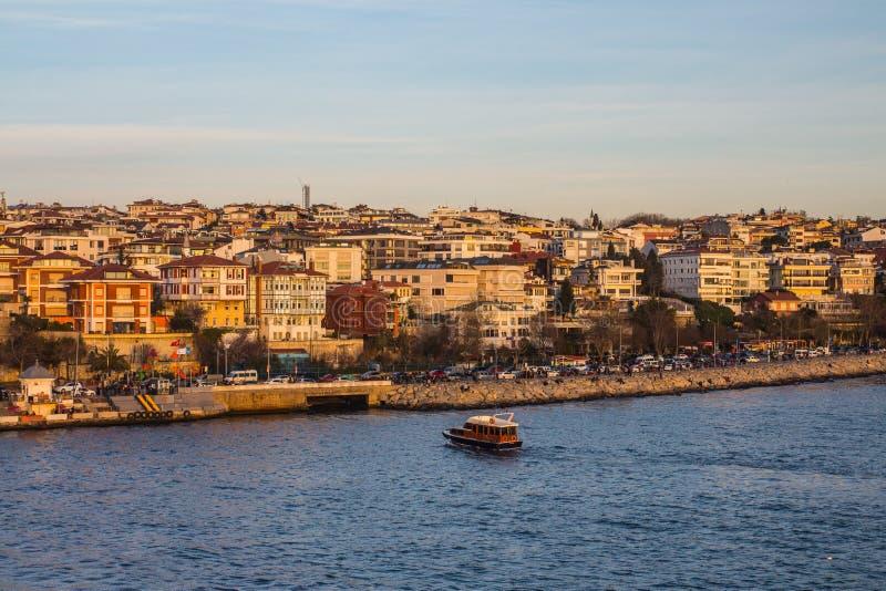 Взгляд района Uzcudar и Bosphorus на заходе солнца Стамбул индюк стоковые изображения rf