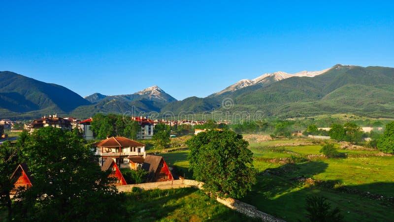 Взгляд раннего лета Bansko и снега на горах Pirin, Болгарии стоковое изображение