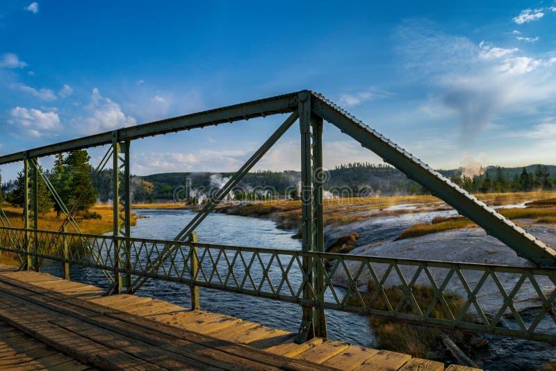Взгляд раннего утра моста реки Firehole в Йеллоустон NP стоковые фотографии rf