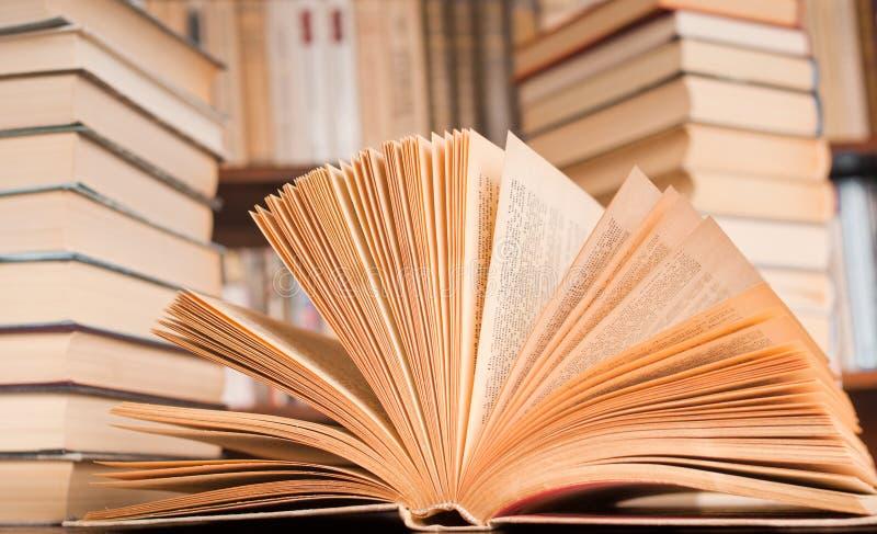 взгляд раскрытый книгой стоковые изображения